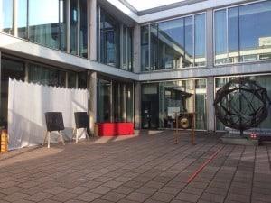 Unser Stand für Intuitives Bogenschießen im Innenhof des Cafe Moskau Berlin